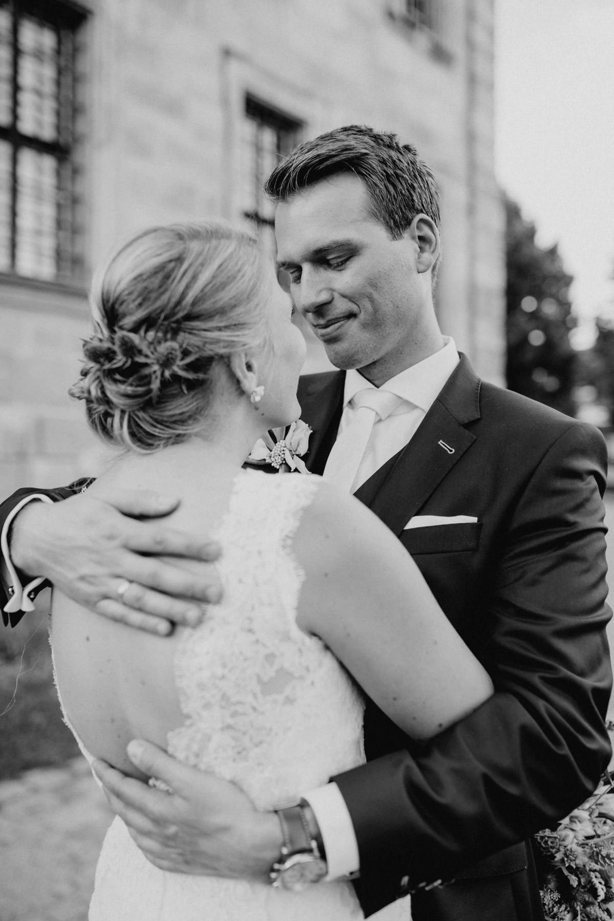 Emotionale Aufnahme von einem Paar an ihrem Hochzeitstag