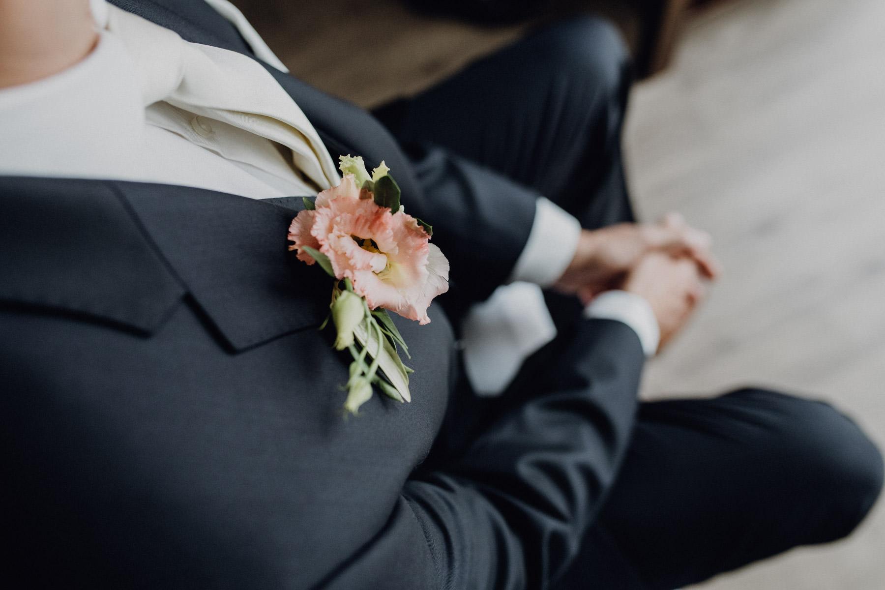 Natürliches Hochzeitsportrait vom Bräutigam