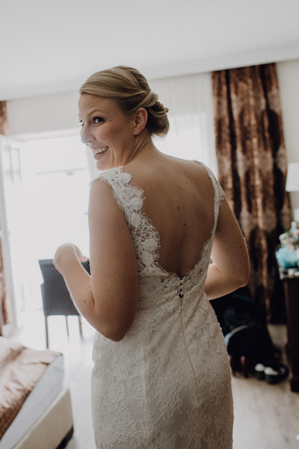 Natürliches Hochzeitsportrait von der Braut