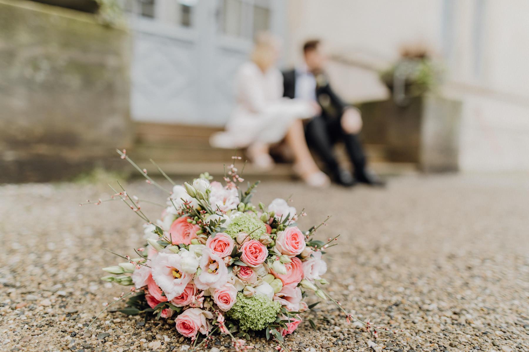 Portrait eines Paares mit Hochzeitsstrauss am Tag der Hochzeit