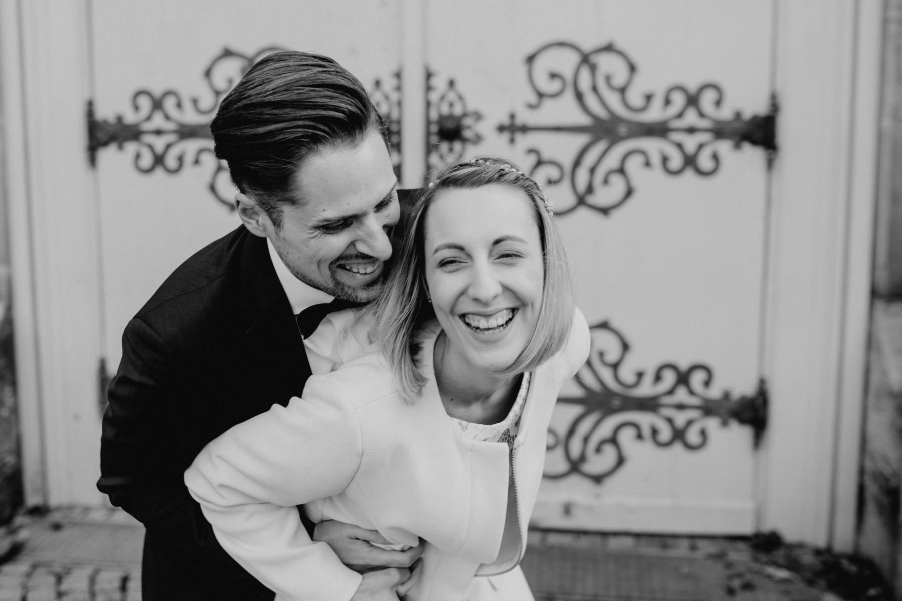 Momentaufnahme eines lachenden Hochzeitspaares
