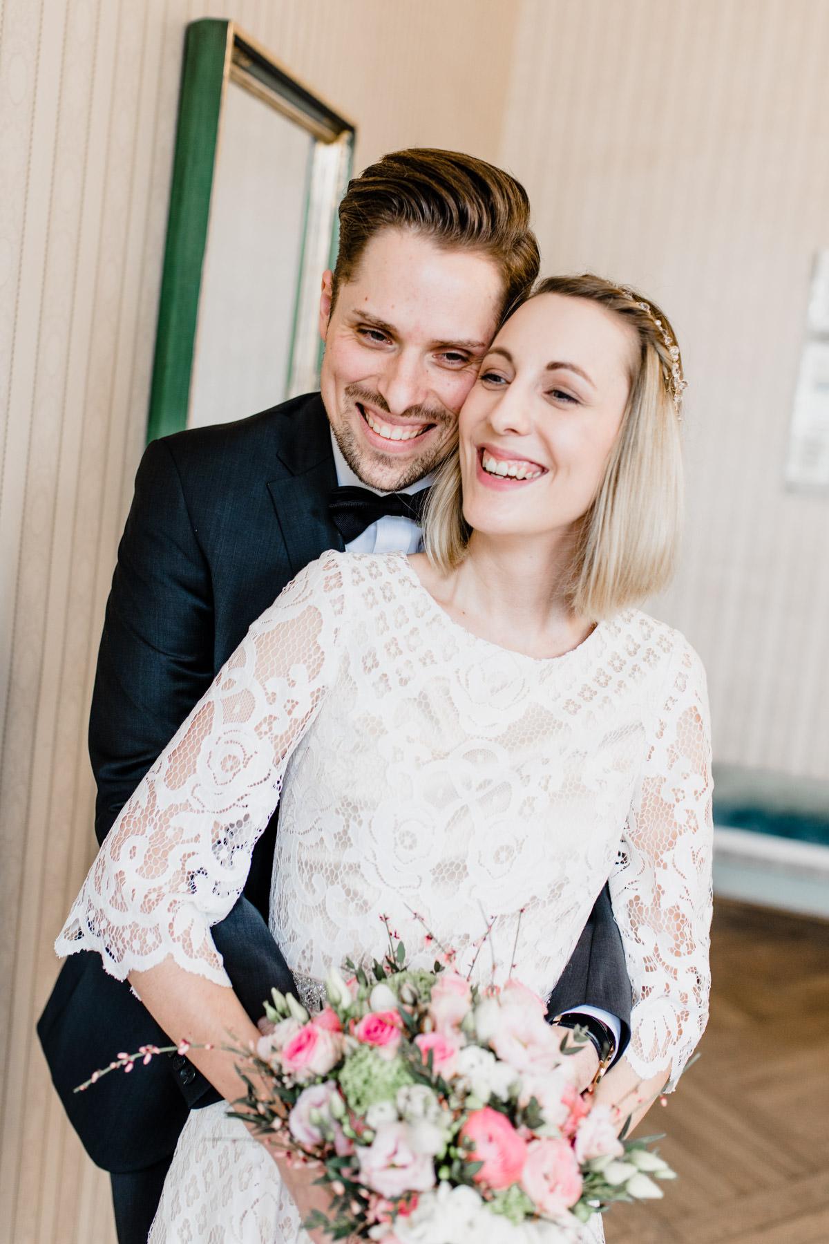 Stilvolles Portrait eines frisch verheirateten Paares