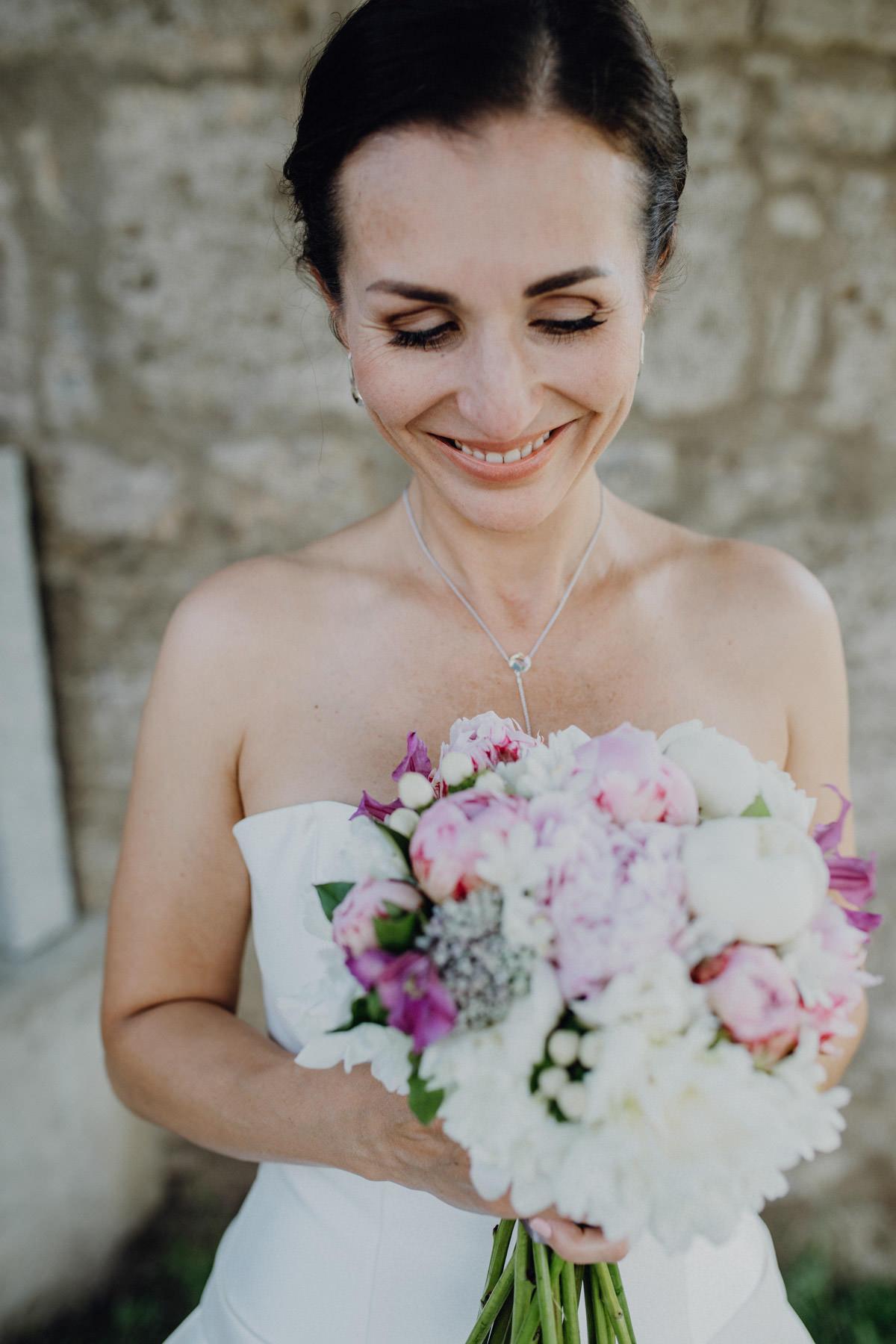 Braut mit Hochzeitsstrauss