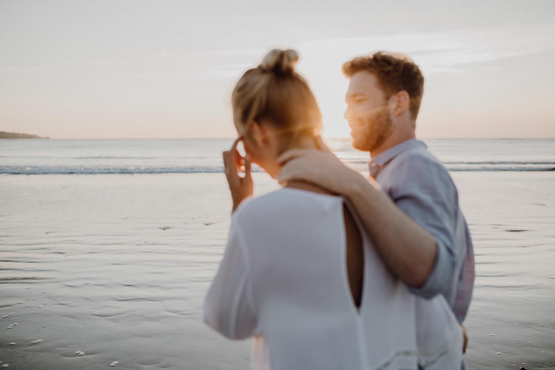 Natürliches Paarshooting am Strand von Bali